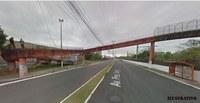 Lixão na passarela de acesso ao bairro Três Portos é tema de pedido na Câmara